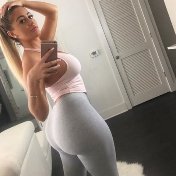 yoga pants are the best part about winter 35 photos 253 Everything looks better in yoga pants (31 Photos)