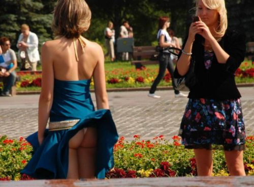 girls wind blown skirts 0 A stiff breeze is something we can all love (43 Photos)