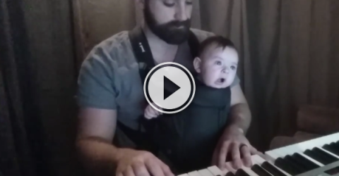 Dad plays a lullaby on the piano, baby can't resist (Video)