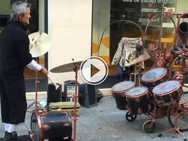 Street musician in Spain has unique drum skills (Video)