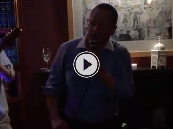 Irish singer loses teeth while singing (Video)