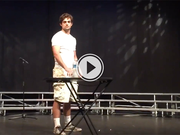 Amazing video of a man playing piano. (video )