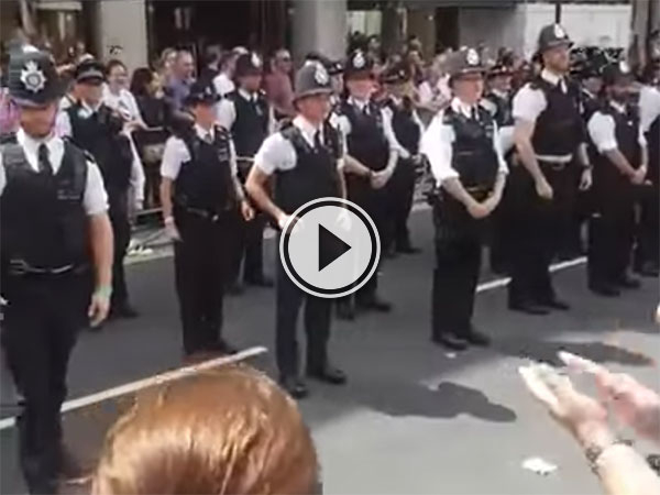 London police officer proposes to boyfriend (Video)