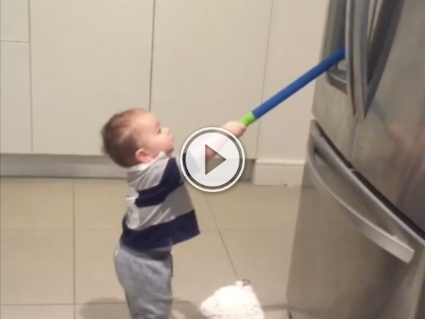 Kid uses a toy golf club and an ice machine for practice! (Video)