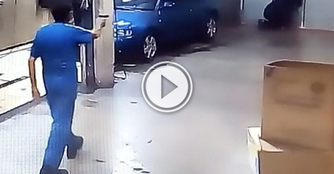Car washer forces robber to wash his cars (Video)