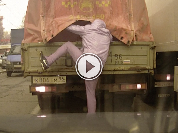 Russian dashcam catches thief trying to steal from truck