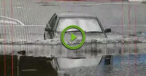 Australian man deals with floodwaters in true Aussie fashion (Video)