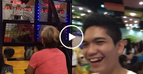 Mom destroys basketball arcade game in front of son (Video)