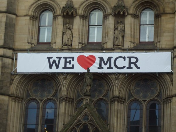 Manchester comes together in wake of terrorist attack (18 Photos)