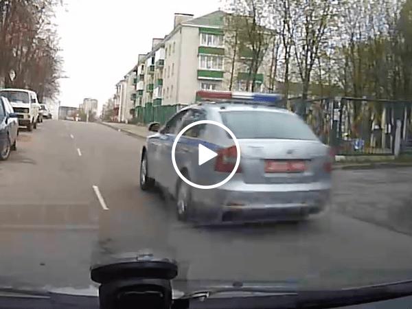Criminal hangs onto car to avoid cops (Video)