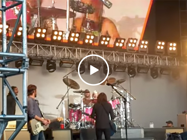 Dave Grohl's daughter plays drums on stage