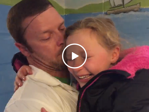 Dad surprises daughter during lunch after military deployment (Video)