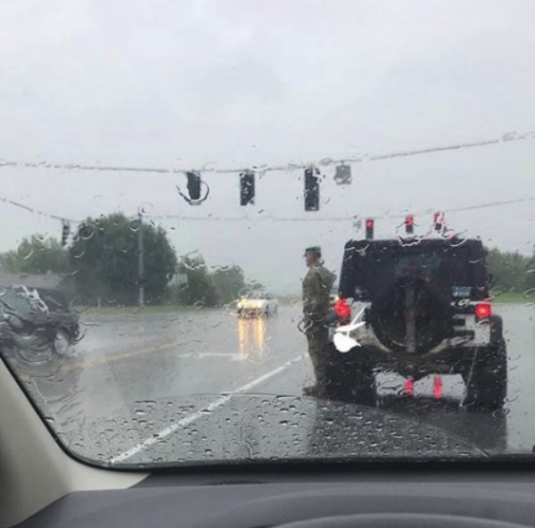 soldier pulls over in the pouring rain to salute fallen soldiers in kentucky 5 photos 23 Soldier pulls over in the pouring rain to salute fallen brother in arms (2 Photos)