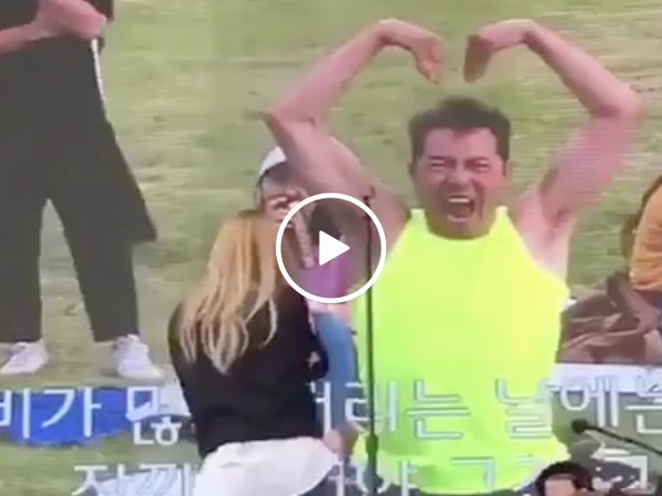 Crazy dancing man steals the show during Kpop concert (Video)