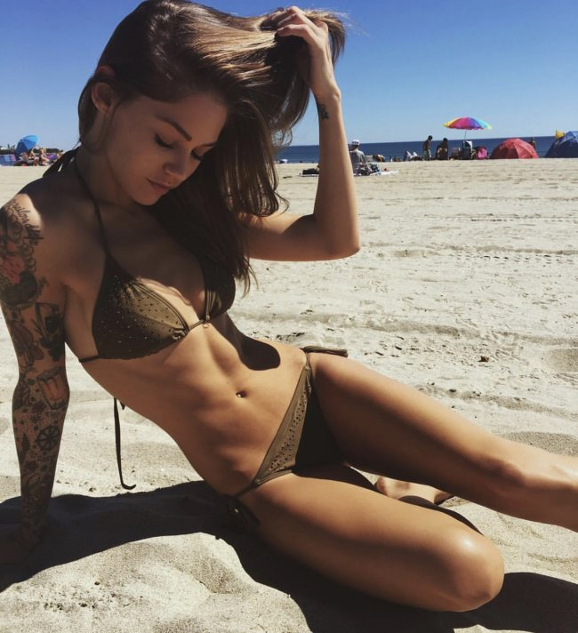 a46ef931f2b33b836138abf0d58d9f31 Excuse me miss, your abs are showing (45 Photos)