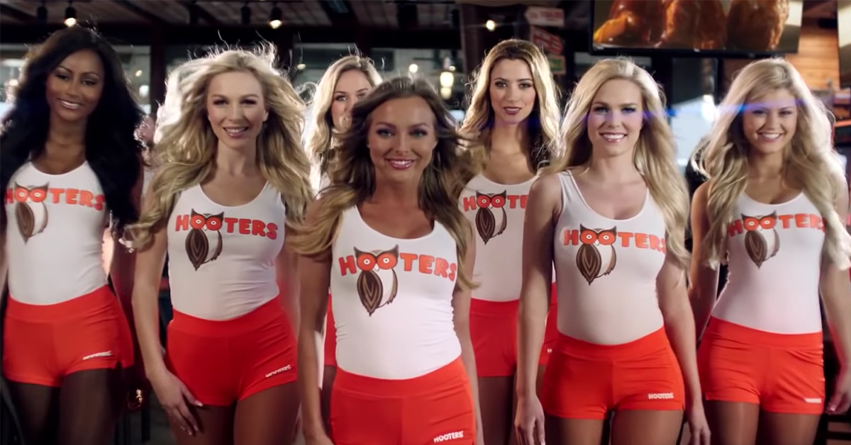 High school coach in hot water for taking team to Hooters after loss (40 pic)
