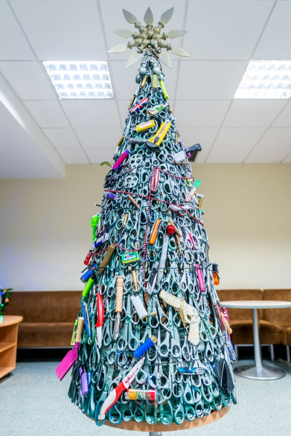humor airprot security christmas tree confiscated7 Airport uses confiscated items to make its own Christmas tree (10 Photos)