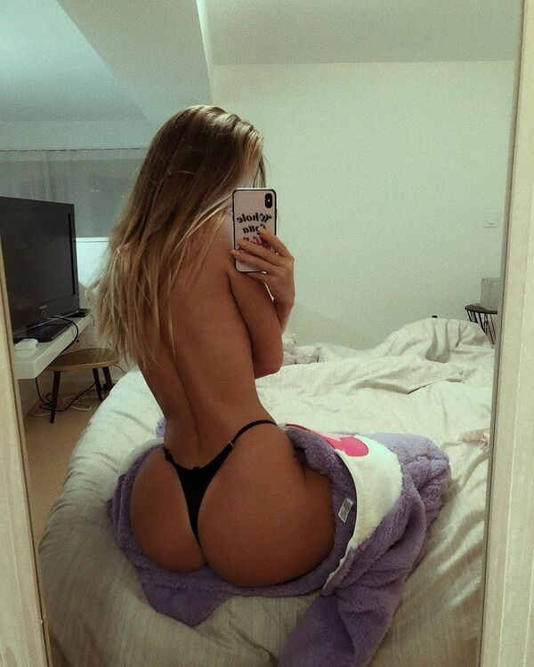 indulge in the decadence of sexy backs 30 photos 9 Indulge in the decadence of Sexy Backs (35 Photos)