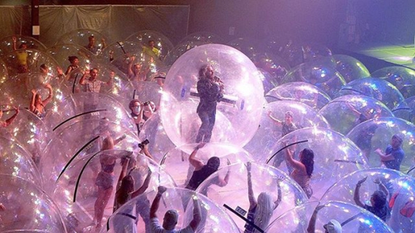 """Flaming Lips Bubble Concert6 The Flaming Lips put on a """"bubble safe"""" concert and I guess you could do this? (12 Photos)"""